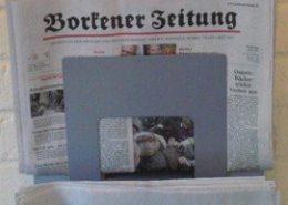 Zeitungslektüre im Wartebereich der Logopädie